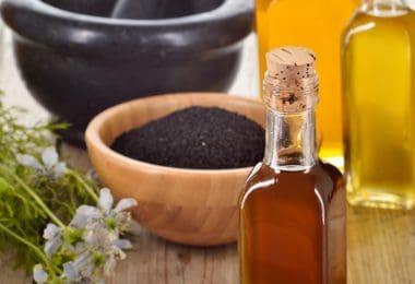Graines de nigelle-fleurs et huile essentielle-